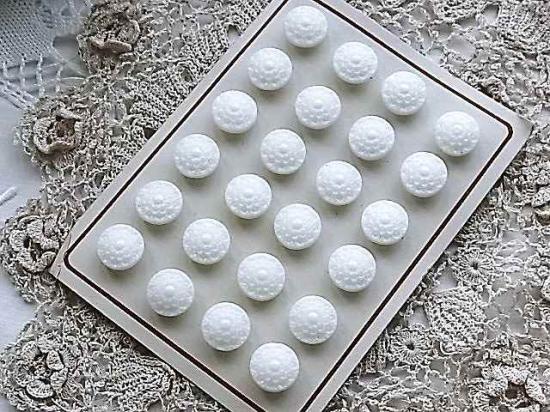 ミルクガラス ボタンシート小さなお花1枚(釦24個)