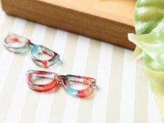 【マーブル パーツ チャーム】メガネ つなぎパーツ 2つ穴 約9x27.5mm 赤青黒 2個 アクセサリーパーツ マーブル柄 眼鏡 EDGY&SPYCY