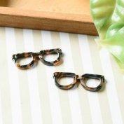 【マーブル パーツ チャーム】メガネ つなぎパーツ 2つ穴 約9x27.5mm 黒茶白 2個 アクセサリーパーツ マーブル柄 眼鏡 EDGY&SPYCY