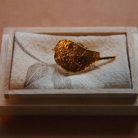 きたのまりこさんの真鍮ピンブローチ(オサンポスズメ)