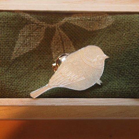 きたのまりこさんのシルバーピンブローチ(オサンポスズメ)