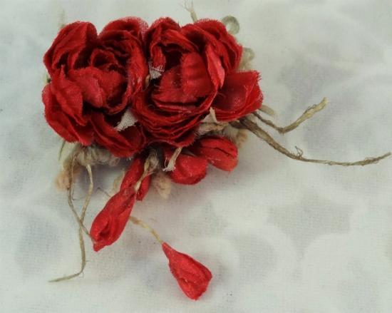 赤いミニバラの布花コサージュ