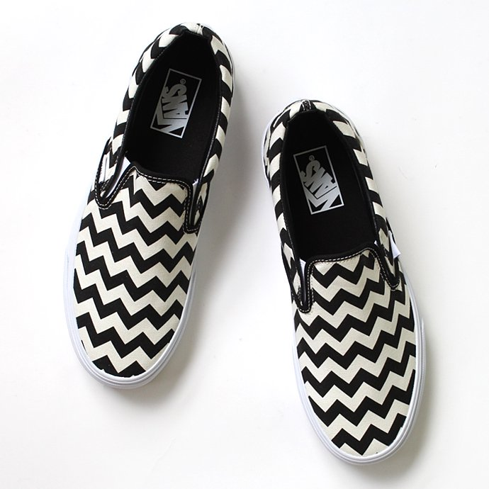 VANS Chevron Slip-On - Black/White<img class='new_mark_img2' src='//img.shop-pro.jp/img/new/icons47.gif' style='border:none;display:inline;margin:0px;padding:0px;width:auto;' /> 01