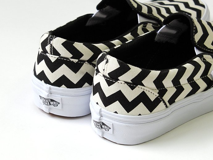 VANS Chevron Slip-On - Black/White<img class='new_mark_img2' src='//img.shop-pro.jp/img/new/icons47.gif' style='border:none;display:inline;margin:0px;padding:0px;width:auto;' /> 02