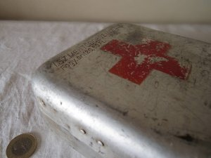 ハンガリー アルミ ティン ファーストエイド 救急 ボックス 小 正方形 2・hungary almium tin car first aid