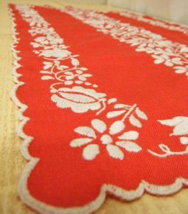 ハンガリー蚤の市 鮮やかなパプリカレッドの手刺繍テーブルセンター・Antique handmade table center mat embroidery Hungary