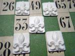 フランス:プラスチックのフェーブ:百合の紋章・France old feve plastic flour delis