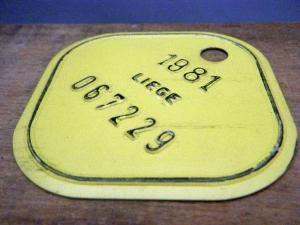 ドイツ蚤の市  ベルギー Liege メタルプレートタグ 黄 1981 067229・VINTAGE metal plate tag Belgium