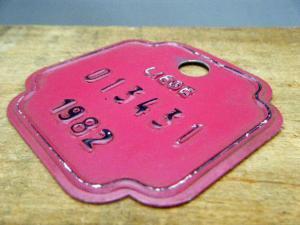 ドイツ蚤の市  ベルギー Liege メタルプレートタグ ワインレッド 1982 013431・VINTAGE metal plate tag Belgium