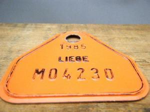 ドイツ蚤の市  ベルギー Liege メタルプレートタグ オレンジ 1986 M04230・VINTAGE metal plate tag Belgium