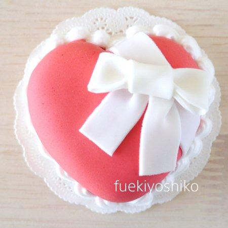 愛を贈るハートケーキ
