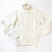 Drumohr 【ドルモア】 ミドルゲージ・ケーブル編みタートルネックプルオーバー (White)