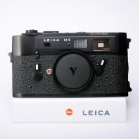 <img class='new_mark_img1' src='https://img.shop-pro.jp/img/new/icons15.gif' style='border:none;display:inline;margin:0px;padding:0px;width:auto;' />Leica ライカ M5 後期 3点吊 135万番 ブラッククローム 1973年 ドイツ製 ハヤタ・カメララボOH済