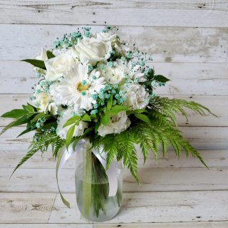 クラッチブーケ「白いお花と青いカスミソウのクラッチブーケ」