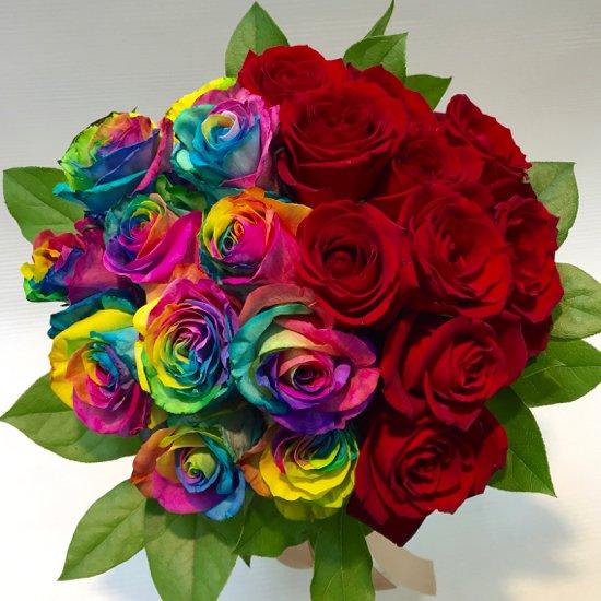 クラッチブーケ「レインボーローズと赤い薔薇」