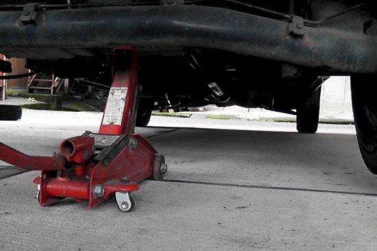 雪山に向かう為には、四輪駆動 スタッドレスタイヤが必須(タイヤ交換)【画像3】