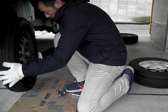 雪山に向かう為には、四輪駆動 スタッドレスタイヤが必須(タイヤ交換)【画像4】
