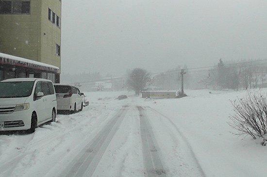 雪山に向かう為には、四輪駆動 スタッドレスタイヤが必須(タイヤ交換)【画像7】