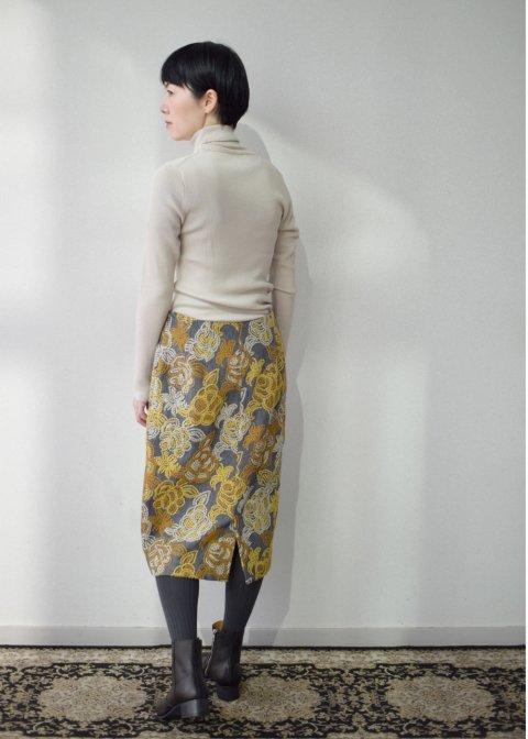 花刺繍生地のセミタイトスカート(ウール生地)