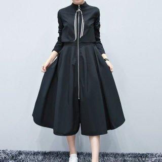 モードなミモレ丈の黒ワンピースコート