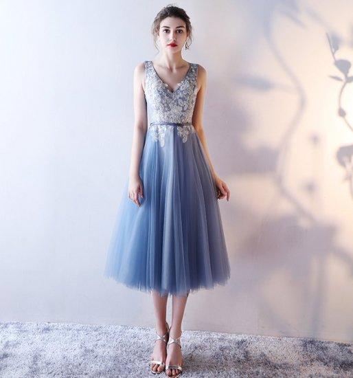 チュールレースにフラワー&ビーズ刺繍を施したミモレ丈ドレス。
