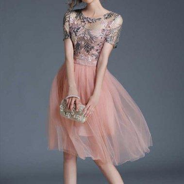 華やかな刺繍が美しい 優しいピンクのシフォンワンピースドレス