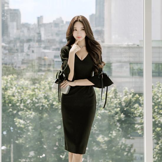 フリル袖からの肌チラ魅せがフェミニンなワンカラーのタイトドレス