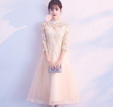 結婚式やお呼ばれに チュールスカートと透かし彫りレースが華やかな袖ありドレス