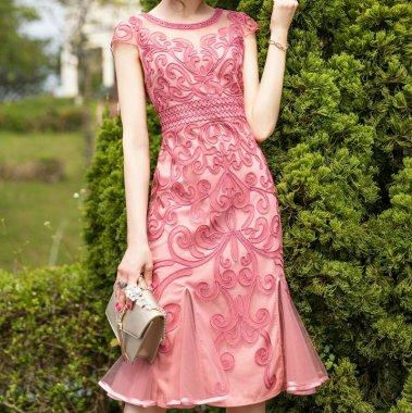結婚式や二次会に アラベスク柄がエレガントなマーメイドラインの膝丈袖ありワンピース