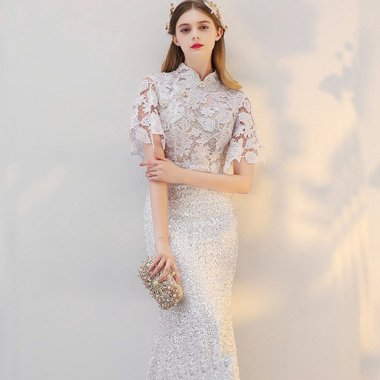 発表会やパーティーに 花柄刺繍とスパンコールでゴージャスな白レースの袖ありドレス