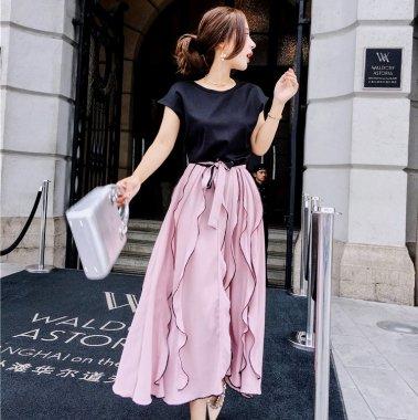 デートからお呼ばれまで ボリューミーなフリルスカートがかわいい半袖ワンピース