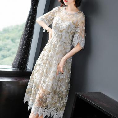 繊細刺繍で高見え抜群 ヘムラインレースがかわいい白の袖ありドレス