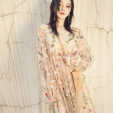 ボタニカル柄の繊細な刺繍がガーリーな長袖シースルーワンピース
