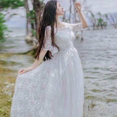 フォトウェディングのドレスにも フラワーレースで清楚可愛いマキシ丈ワンピース