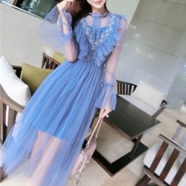 ボリューミーなフリルでガーリーに デコルテデザインが大人かわいい個性派ドレス 2色
