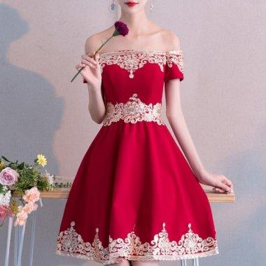 クリスマス パーティー等に オフショルダーとスパンコールがエレガントでかわいい膝丈フレア赤ドレス
