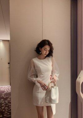 お呼ばれドレスに シースルースリーブがおしゃれな白の長袖アシンメトリーワンピース