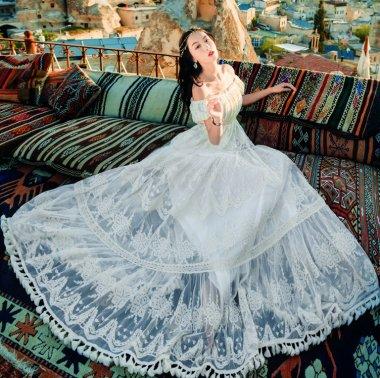 ウェディングドレスにも オフショルダーがフェミニンな贅沢レースの半袖マキシワンピース