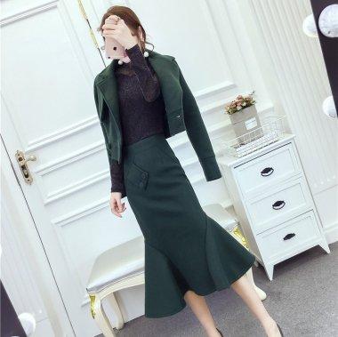 エレガントで個性的 ヘムラインフリルのマーメイドスカートとショートジャケットのセットアップ