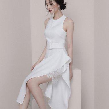 エレガントでおしゃれなアシメデザイン 上品かわいいフリルとレースの白ワンピース  ドレス