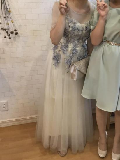 透明感溢れるエアリーチュールスリーブのロングドレス