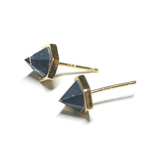 【2個(1ペア)】1点もの!立体的な三角形〜天然石ソーダライト(Sodalite)風ゴールド シルバー925芯ピアス