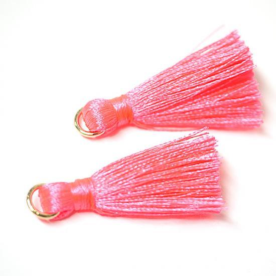 【3個入り】Neon Pinkネオンピンクカラー約30mmカン付きタッセル、チャーム|ハンドメイド材料|アクセサリーパーツ