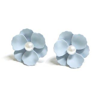 【1ペア】パステルブルーカラー花&一粒パールチタン芯ピアス