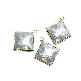 【2個入り】ライトグレーカラーサテン約11mm正方形ゴールドチャーム、パーツ