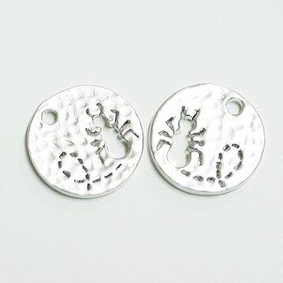 【2個入り】凹凸あるコインモチーフに刻まれたキュートなANT(蟻)!マッドシルバーチャーム