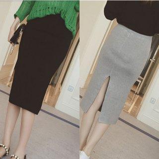 ミモレ丈のタイトペンシルニットスカート