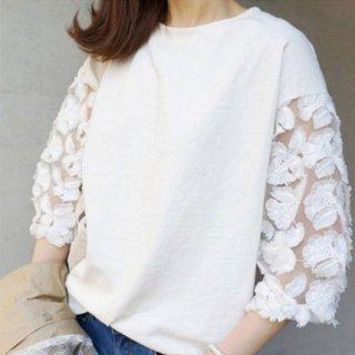 立体的なお花刺繍がフェミニンなレース切り替えカットソー