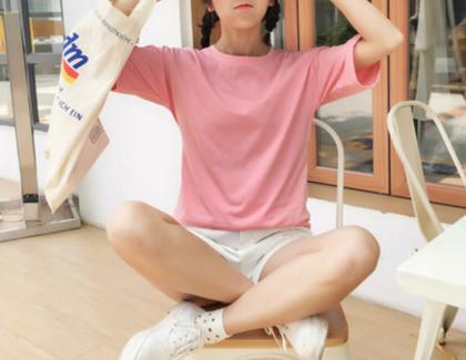 ベーシックスタイルを華やかに シンプルカラーTシャツ