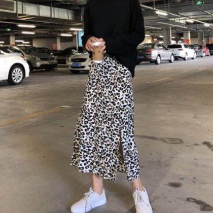 スタイリッシュで洗練された レオパード柄スリットミディスカート